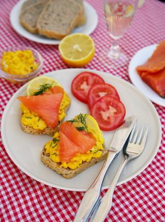 三文鱼炒鸡蛋三明治的做法