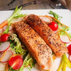 黑椒三文鱼配时蔬沙拉