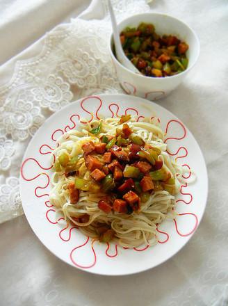 火腿青椒香辣豆豉酱拌面的做法