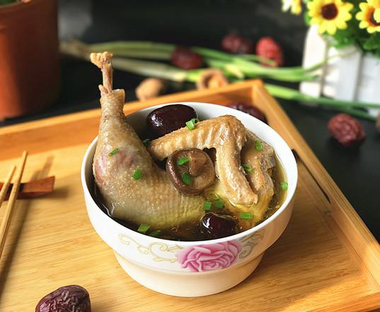香菇红枣炖鸡汤 #午餐#的做法