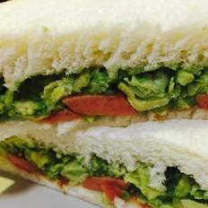 牛油果鸡蛋香肠三明治