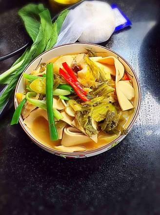 酸菜豆皮煮黄骨鱼的做法
