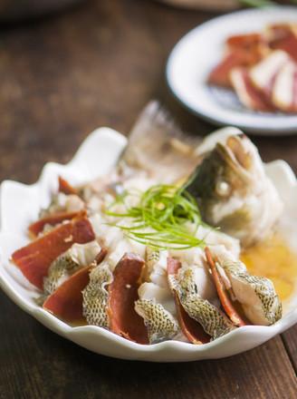 【童妈菜谱】火腿蒸鲈鱼