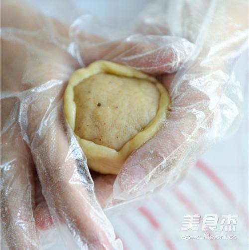 莲蓉双黄月饼的做法 家常莲蓉双黄月饼的做法 莲蓉双黄月饼的家常做法大全怎么做好吃视频