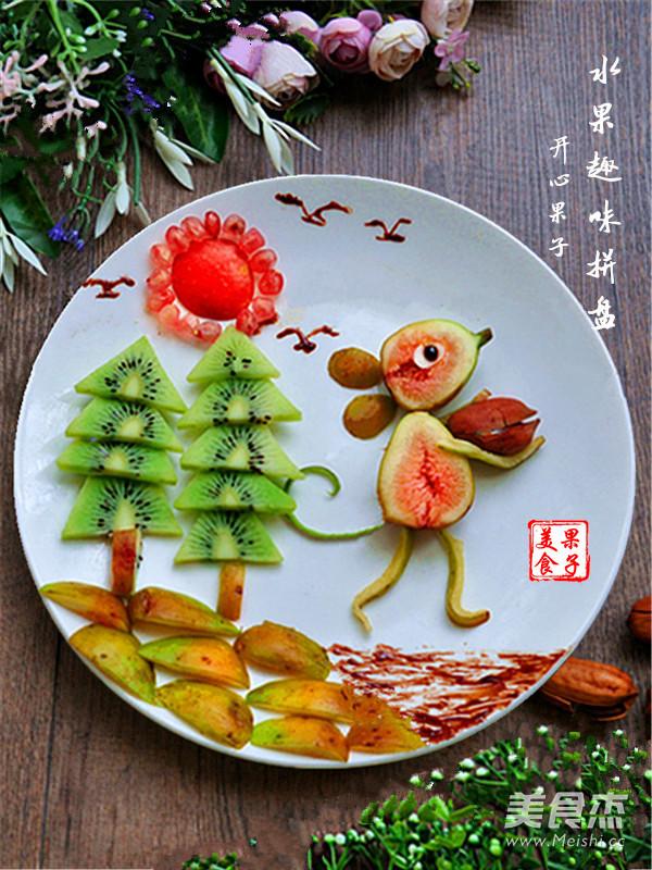 把奇异果切成三角形做松树,无花果做地面,苹果和石榴籽做太阳,巧