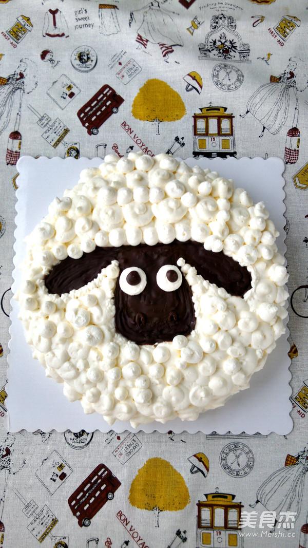 1. 表面的羊毛也可以用奶油霜来做,花型会更清晰一些。不过一是现在天气凉了,淡奶油裱花也不那么容易化掉,而奶油霜在温度偏低的情况下,从裱花袋中挤出就比较费力;二是奶油霜的口感比鲜奶油稍嫌厚了一些,个人更喜欢鲜奶油。 2. 小羊的脸部,也可以用切去的多余蛋糕片切出形状。用巧克力直接画在表面比较省力,也比用奶油霜画在油纸上省力,毕竟是单色简单图案,就去繁就简了。 3.