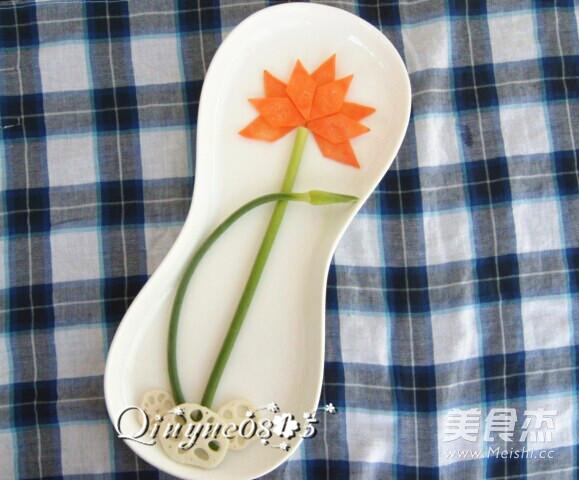 把菱形的胡萝卜片摆成莲花的形状;有蒜苔苞的那一端