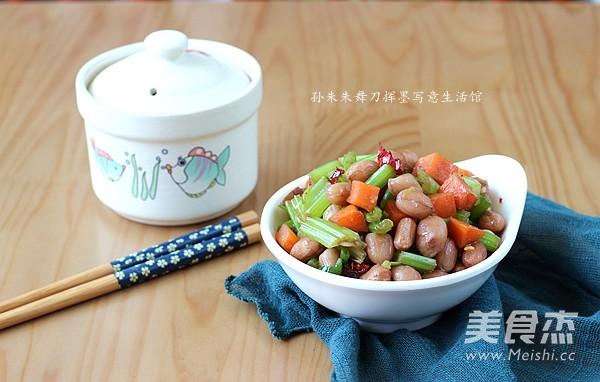 炝拌芹菜花生米的做法