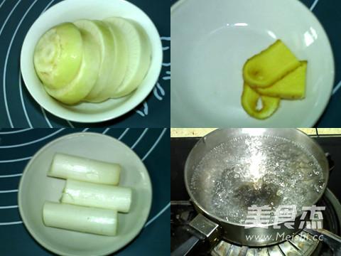 草菇与葱白分别洗净,切成片,生姜倒水切段.锅中洗净,烧沸李锦记1750萝卜老抽图片