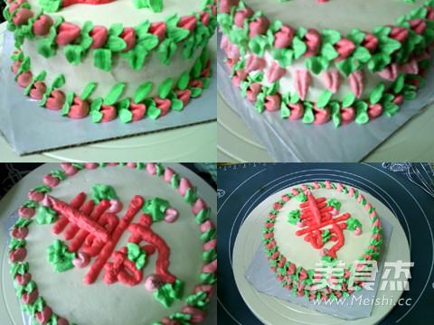 蛋糕/剩下的绿色奶油,在上下底边各挤一圈叶子。用剩下的红色奶油,...
