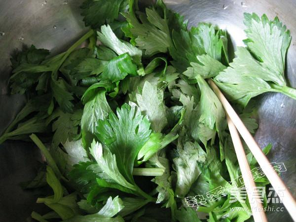 素炒芹菜面鱼的做法