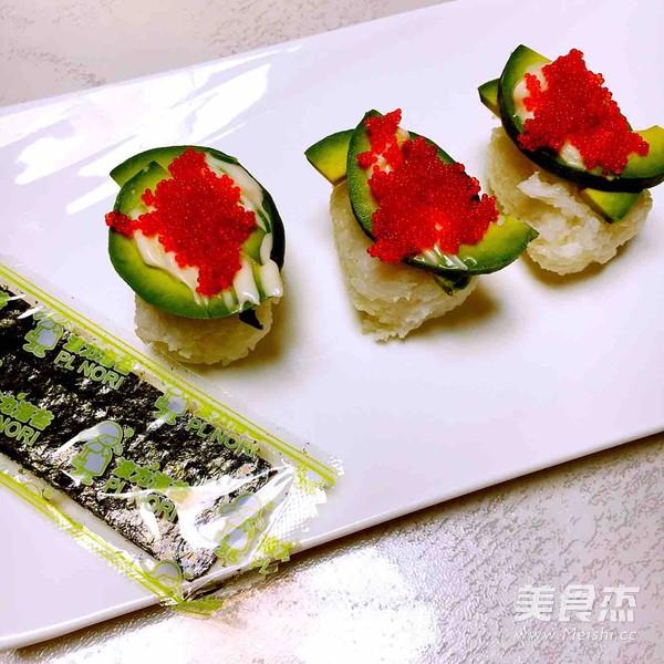 牛油果蟹籽寿司的做法_家常牛油果蟹籽寿司的做法