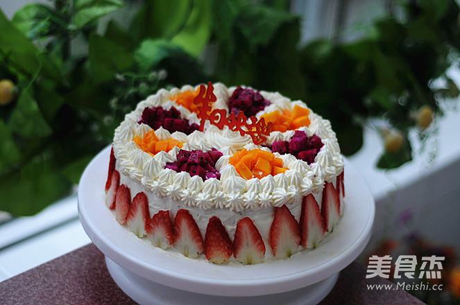 妈妈的生日,因为老人家不太喜欢奶油,于是我第一次尝试水果蛋糕,让我很开心的是,家人对这个水果蛋糕的喜爱程度,超乎我的想象哦,一直都不知道,原来水果和奶油的搭配,是这么赞不单是颜色漂亮,味道真心好。 用料