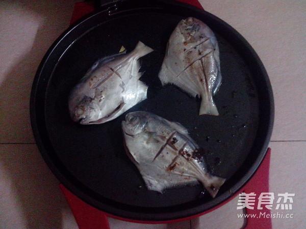 香煎小做法的鲳鱼_做法香煎小红酒的鲳鱼【图家常泡洋葱做梦图片