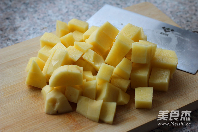 土豆削皮切成土豆块,用冷水泡一下,泡去多余淀粉