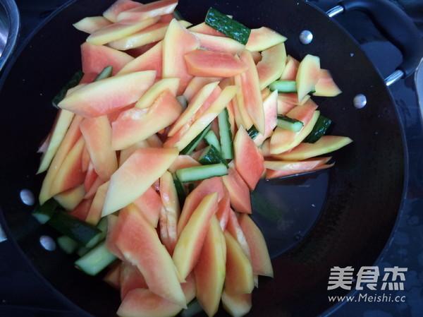 木瓜腌至出水,然后用凉开水冲洗一次