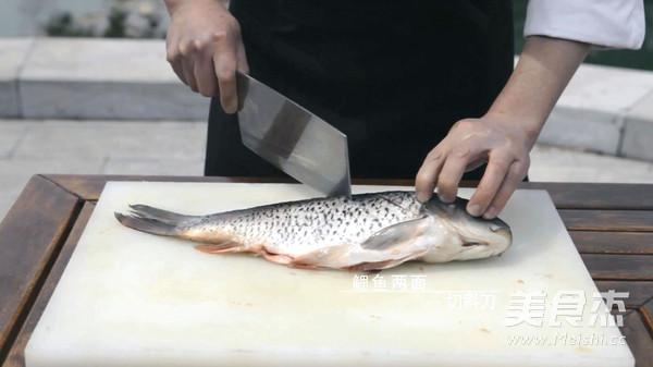 生姜10克切片备用;大葱30克切段备用;鲤鱼双面切斜刀