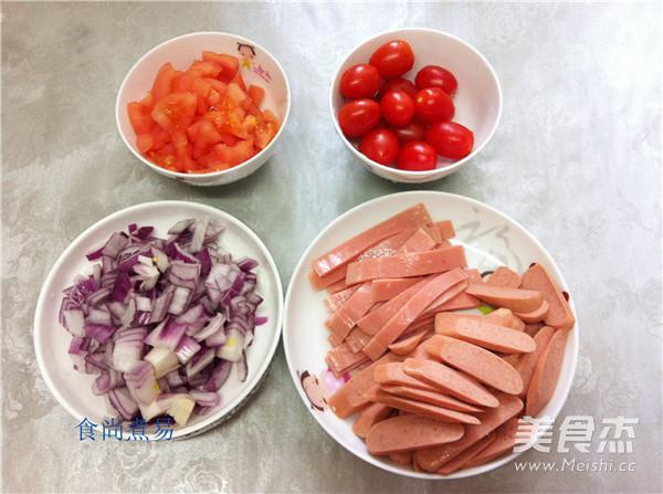 番茄洗净切粒,鸡肉去皮切粒,洋葱肠切片,火腿片切条.圣女果洗净山东圣奥食品图片