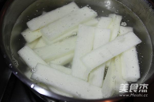 山药切成条状,在盐开水中浸泡5分钟捞出冷却