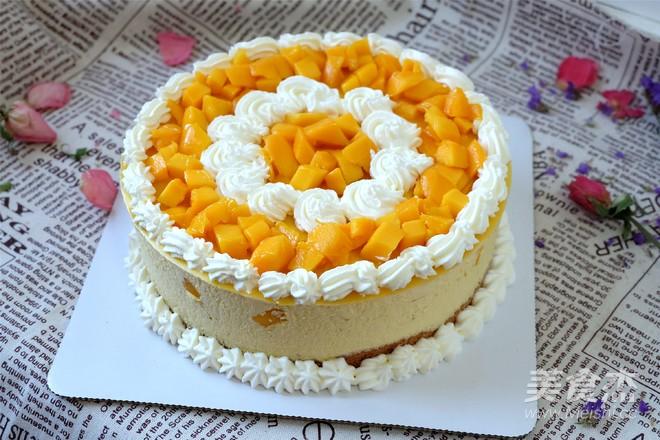 打发的淡奶油装在裱花袋里,用裱花嘴在蛋糕上挤出花纹,再摆上芒果就可